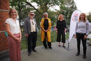 FSW-Geschäftsführerin Anita Bauer mit dem Projektteam des WienZimmers