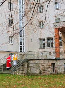 Das WienZimmer-Team auf weihnachtlicher Mission im Karl-Seitz-Hof
